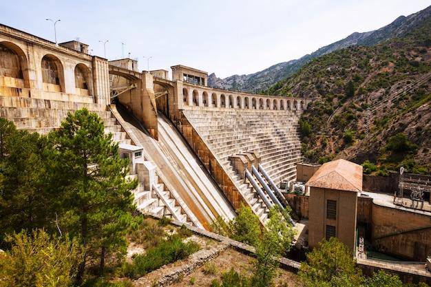 Centrale électrique sur la rivière segre