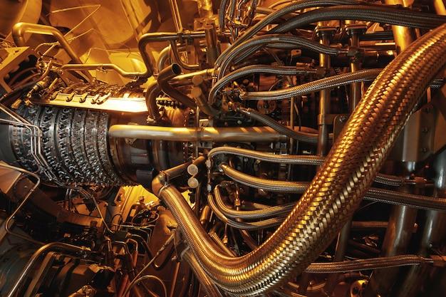Centrale électrique, secteur de la centrale électrique, lumière luisante de l'industrie au coucher du soleil