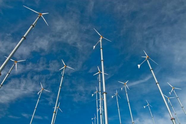 Centrale éolienne sur l'île de larn, ville de pattaya, thaïlande