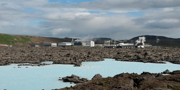 Centrale géothermique, bâtiments d'usine et lagune de roche volcanique