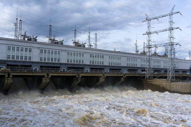 Centrale hydroélectrique de barrage sur la rivière pendant la décharge des eaux de crue