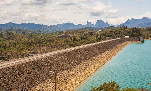 Centrale hydroélectrique sur cheow lan dam ratchaprapha dam en thaïlande