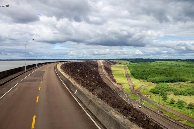 Centrale hydroélectrique d'itaipu binacional à foz do iguazu au brésil à la frontière avec le paraguay