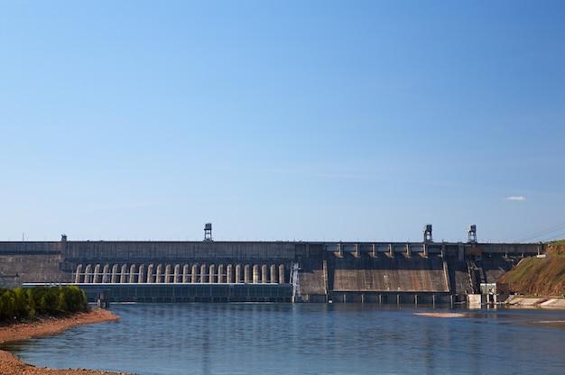 Centrale hydroélectrique de krasnoïarsk sur la rivière ienisseï