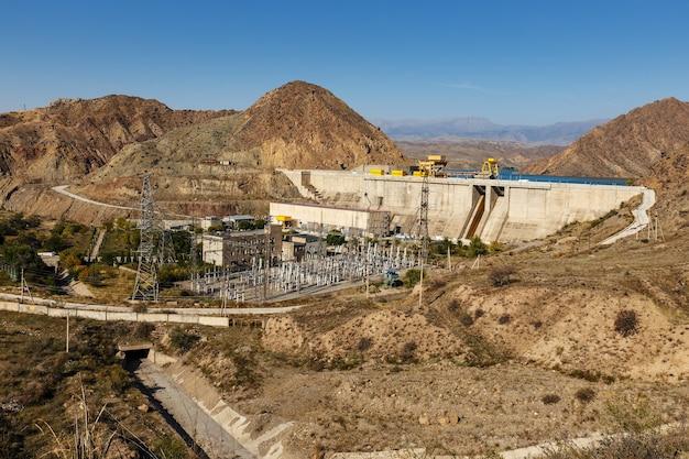 Centrale hydroélectrique sur la rivière naryn