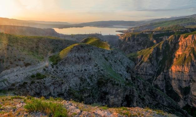 Centrale hydroélectrique sur la rivière sulak près du village de dubki. russie, république du daghestan. vue panoramique.