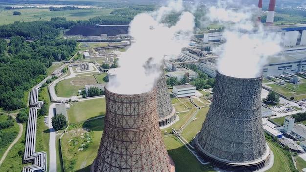 Centrale nucléaire de gros tuyaux d'où les nuages de vapeur