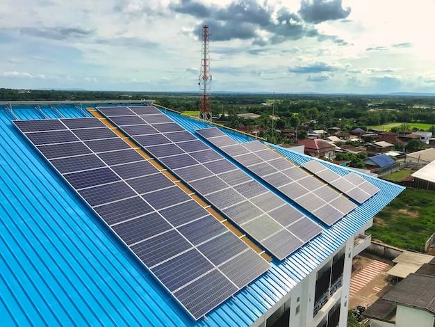 Centrale photovoltaïque sur le toit d'un immeuble résidentiel par beau temps - concept d'énergie solaire de ressources durables, énergie solaire, photo de téléphone intelligent