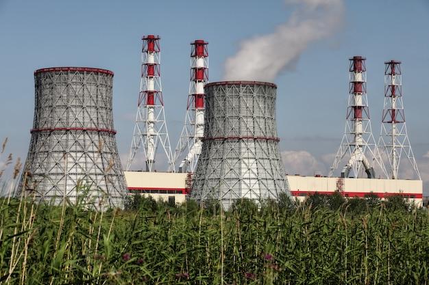 Centrale thermique et électrique combinée moderne, centrale électrique, tour de refroidissement et cheminées industrielles, ciel bleu, journée ensoleillée