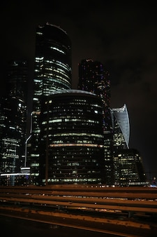Centre d'affaires dans une grande ville avec de hauts gratte-ciel le soir
