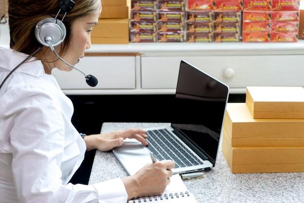 Centre d'appel dans le service en ligne d'affaires pour le client,