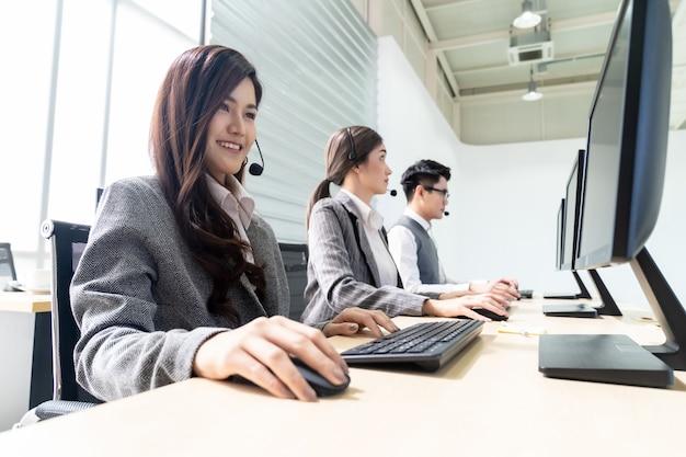 Centre d'appel souriant travaillant