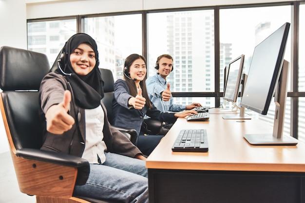 Centre d'appels avec des travailleurs d'équipe