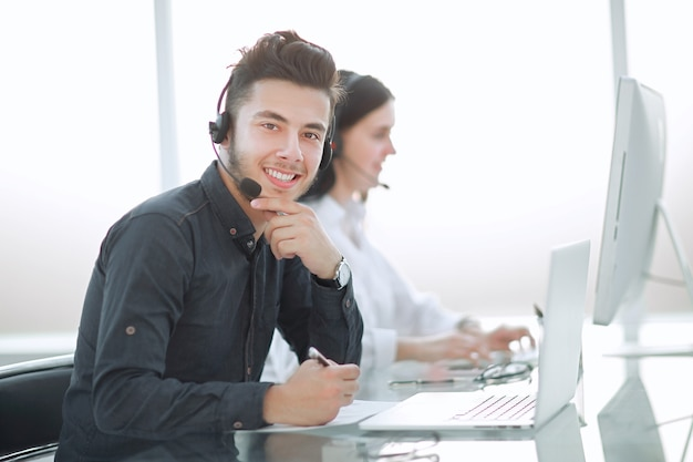 Centre d'appels des travailleurs professionnels sur le lieu de travail. photo avec espace copie