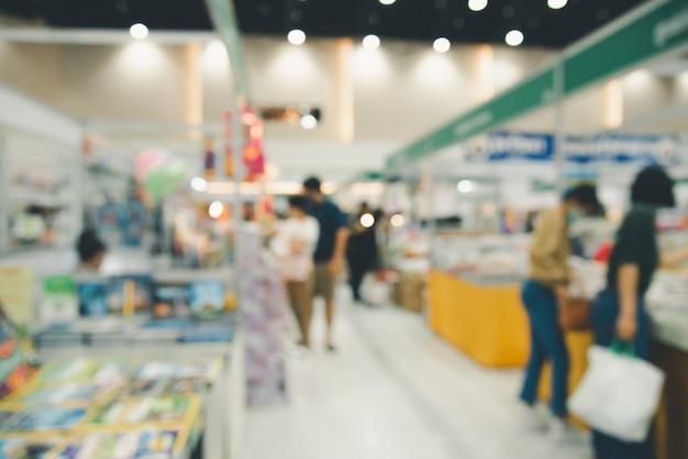 Centre commercial flou abstrait des personnes qui se croisent pour faire du shopping dans le centre commercial.