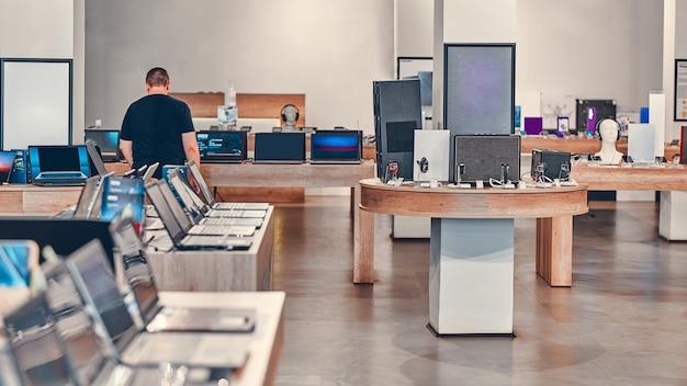Centre commercial hall. magasinez l'équipement numérique et l'électronique. vente d'ordinateurs portables.