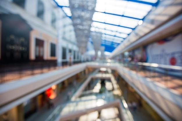 Centre commercial multi-niveaux estompé grand centre commercial avec fond de bokeh