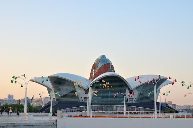 Centre de divertissement commercial sur la côte de la mer caspienne à bakou