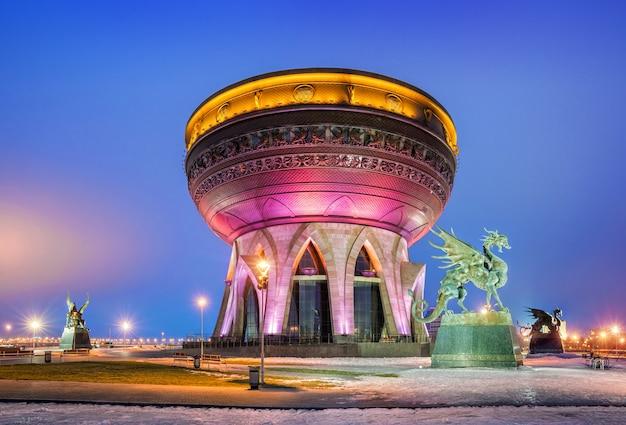 Le centre de la famille et du mariage à kazan une nuit d'hiver sur fond de ciel bleu clair et de la figure des dragons autour