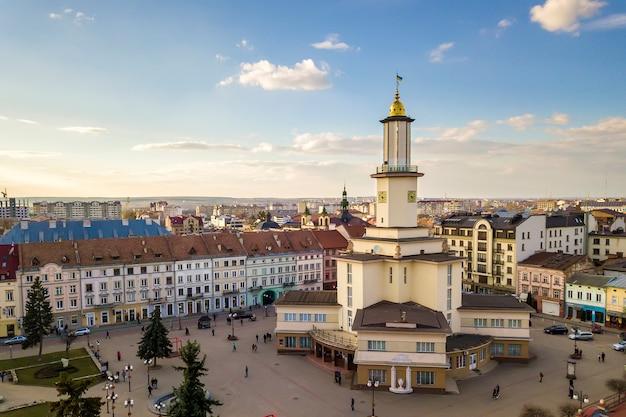 Centre historique d'une ville avec hôtel de ville de style art déco