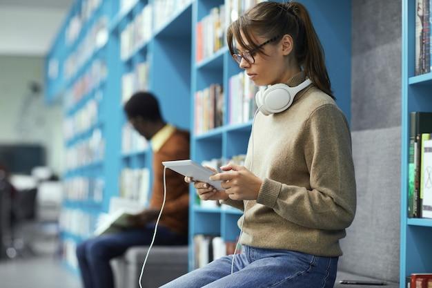 Centre multimédia dans la bibliothèque