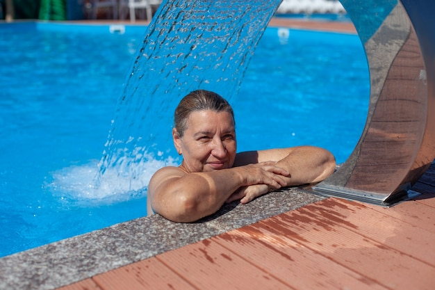 Centre de spa géothermique belle femme se repose et exécute une procédure d'hydromassage sous-marinefa ...