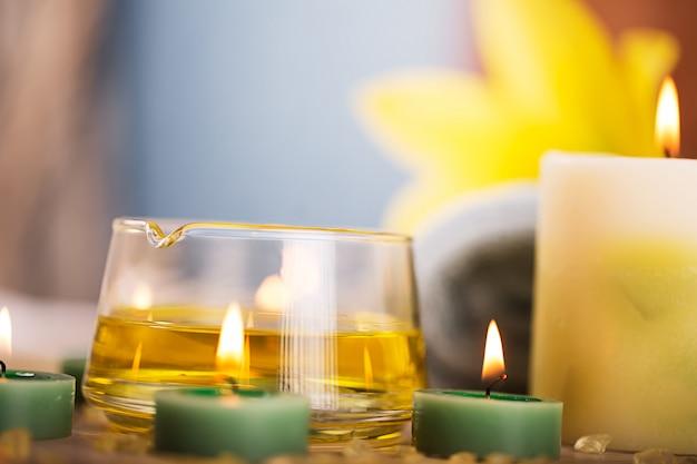 Centre de spa avec huile aux herbes, bougies et serviette