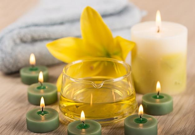 Centre de spa avec huile aux herbes, bougies de spa et serviette