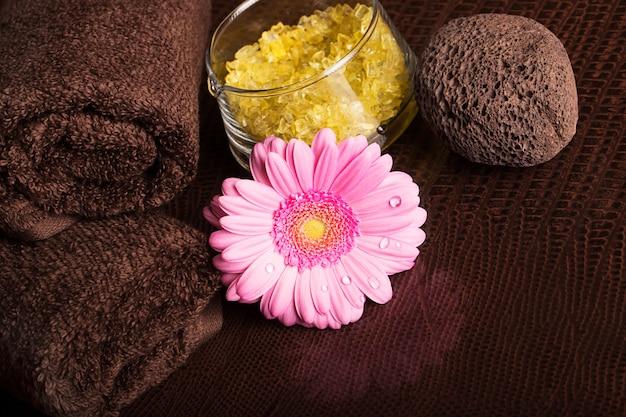 Centre de spa avec serviettes et fleur de gerbera
