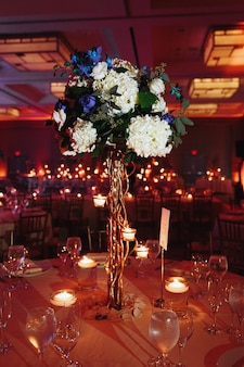 Centre de table hortensia tendre sur la table ronde avec des bougies