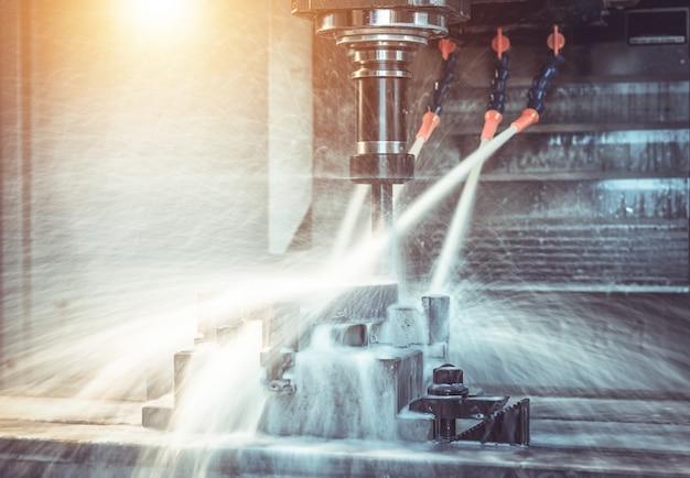Centre d'usinage cnc de haute précision fonctionnant, opérateur usinant un processus de pièce d'échantillon automobile dans une usine industrielle