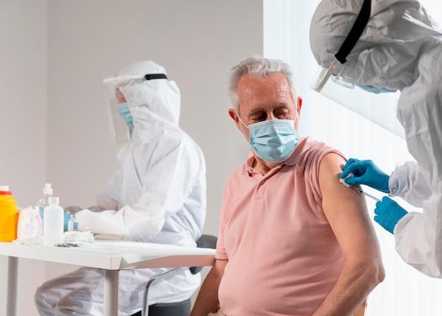 Centre De Vaccination Avec Médecin Et Patient Photo Premium