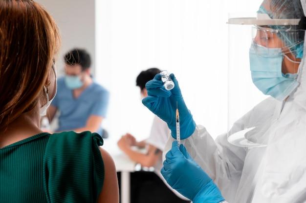Centre de vaccination avec médecin et patient