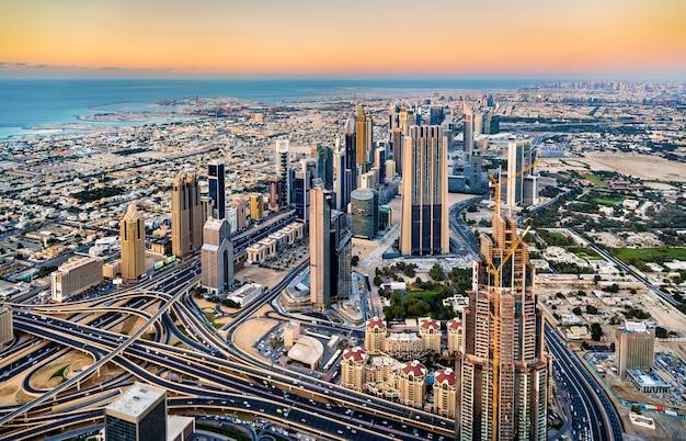 Le centre-ville de dubaï vu de la tour burj khalifa
