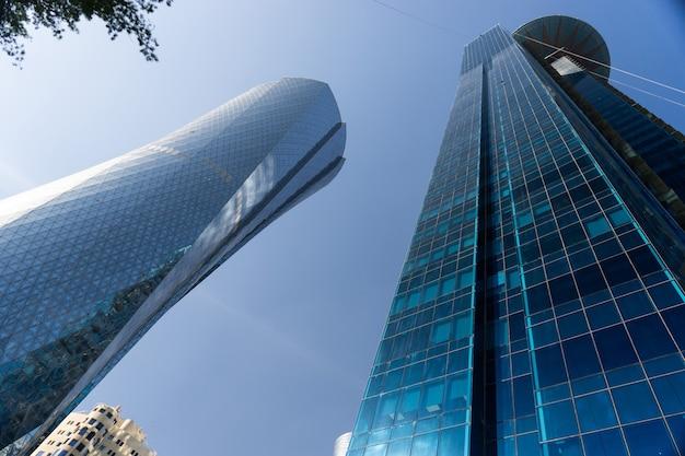Centre-ville moderne avec tours et gratte-ciel sur ciel ensoleillé. doha