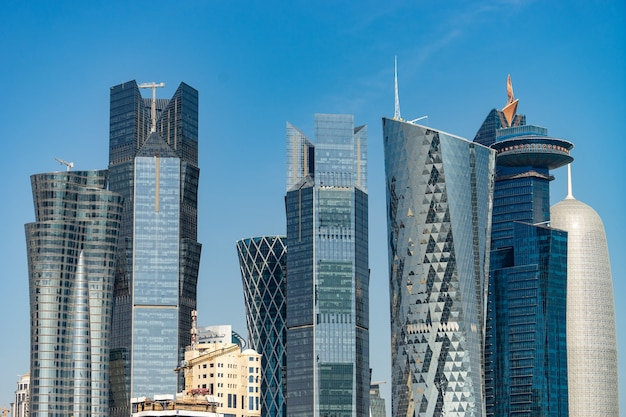 Centre-ville moderne avec tours et gratte-ciel
