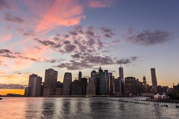 Centre-ville de new york au coucher du soleil