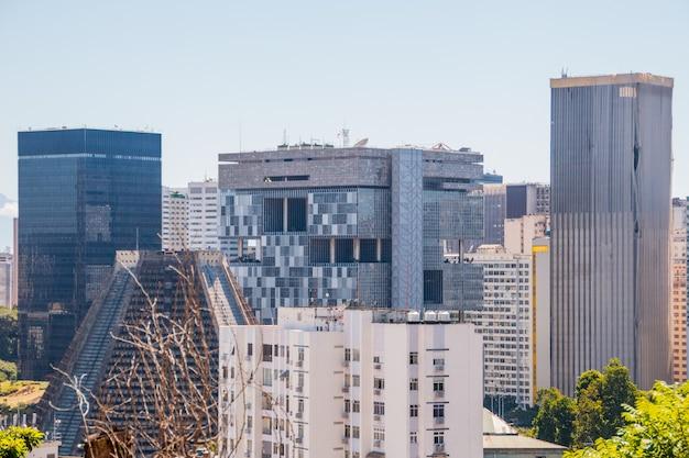 Le centre-ville de rio de janeiro, vu du haut du quartier de santa teresa au brésil.