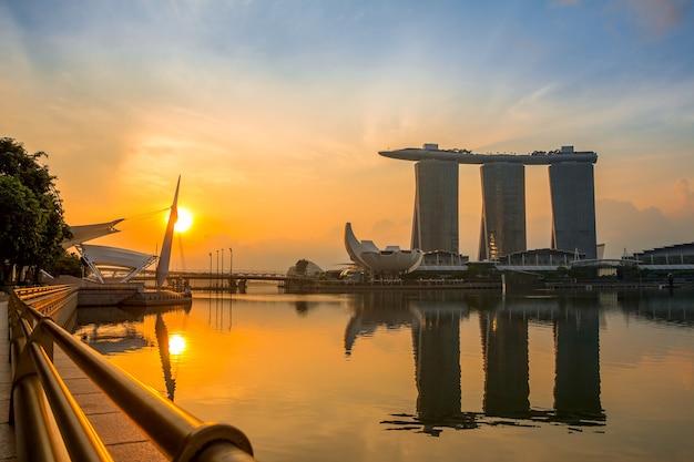 Le centre-ville de singapour au matin. marina bay, sands skypark et artscience museum