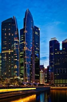Centre-ville de singapour en soirée