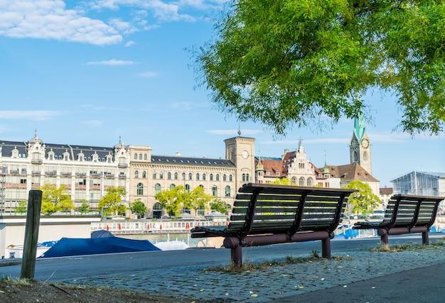 Centre-ville de zurich avec les célèbres églises fraumunster et grossmunster et la rivière limmat