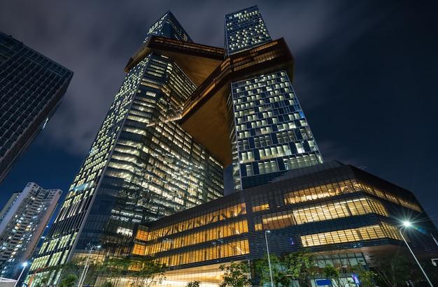 Centres commerciaux dans les rues commerçantes la nuit