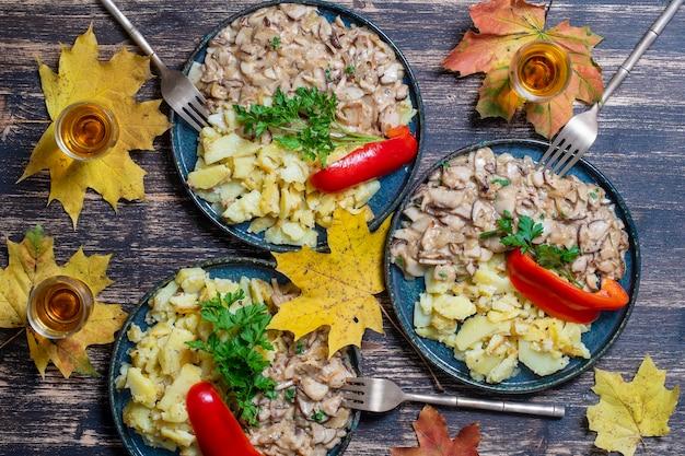 Cèpes sauvages rôtis et pommes de terre frites sur assiette, gros plan, vue de dessus. ukraine