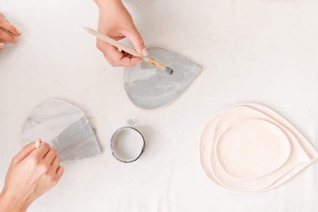 Céramiste travaillant à la main dans un studio de poterie.