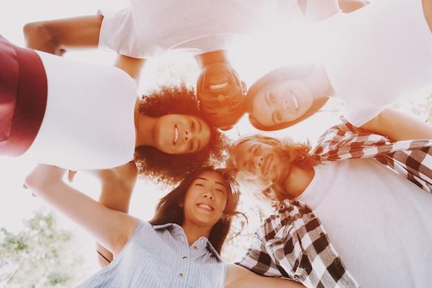 Cercle d'amis multiraciales