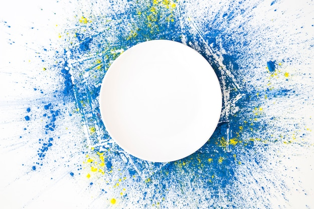 Cercle blanc sur les couleurs sèches vives azur et jaune