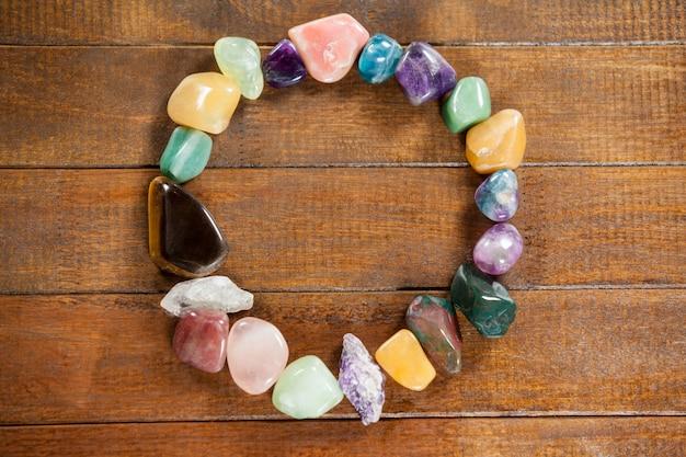 Cercle des cailloux colorés pierres