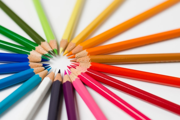 Cercle coloré de crayons aiguisés