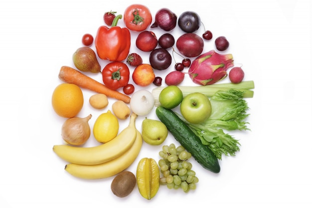 Cercle de couleur composé de légumes et de fruits