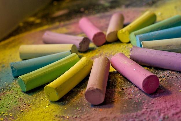 Cercle de craie colorée sur fond coloré